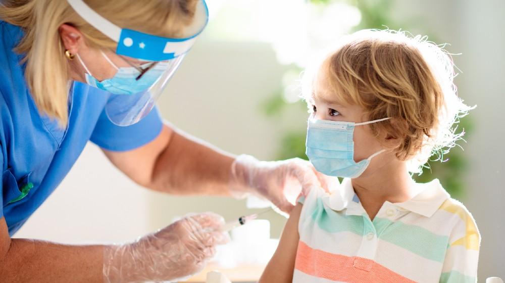 Vaccinatie tegen het coronavirus.  Covid19-vaccin.  Arts vaccineert kind-COVID-19 vaccin voor kinderen-ss-featured